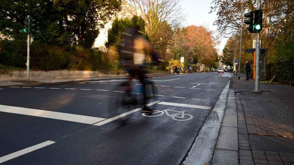 Neuer Radweg, die Fahrradfahrer freut es, die Autofahrer haben sich daran gewöhnt.