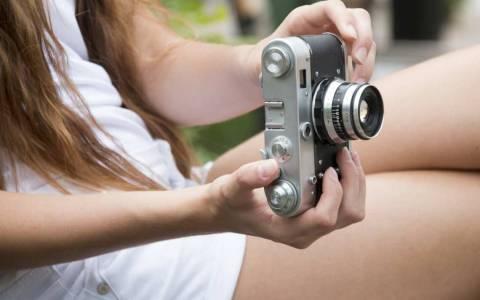 Mädchen mit Kamera biem Fotokurs