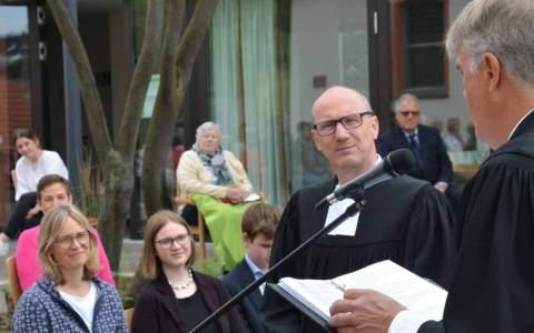 Gute Wünsche und Gottes Segen für die anstehenden Aufgaben gab Dekan Mencke Pfarrer Jens Georg mit auf den Weg.