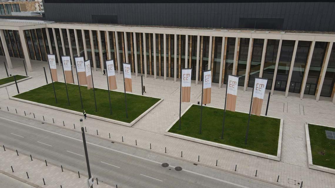 Das RMCC aus Sicht von Landesmuseum mit Fahnen im Vordergrund. CDU, FDP, Grüne, SPD, Die Linke