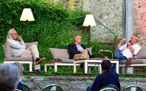 Ulrich Cyran, Stefan Schröder, Ilija Trojanov sitzen auf der Bühne der Burg Sonnenberg.