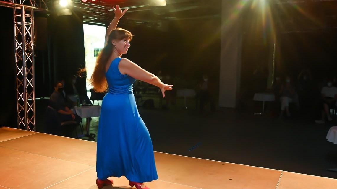 Gaby Herzog tanzt auf der Bühne im Marlee Flamenco
