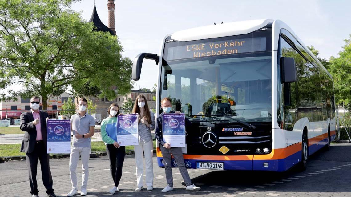 """ESWE-Verkehr-Geschäftsführer Jörg Gerhard, Jugendparlament Wiesbaden Leonard Bouffier, Sofie Henzel und Mia Hepp (Arbeitskreis """"Nachtleben""""), Sozial- und Jugenddezernent Christoph Manjura, (v. l. n. r.)"""