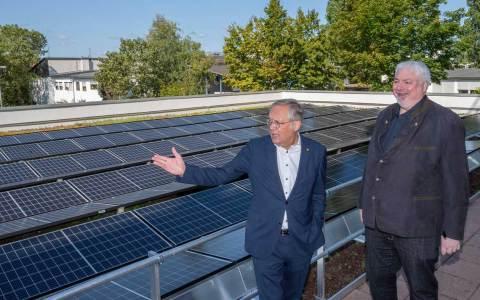 ESWE-Vorstandsvorsitzender Ralf Schodlok (links) und GWI-Geschäftsführer Torsten Tollebeek vor der neuen Photovoltaikanlage in der Hasengartenstraße.