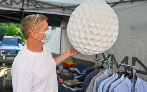 1. Nordenstädter Hofflohmarkt: Frank Zuccolo verkauft eine selbst gebastelte Lampe aus einem Schulprojekt. Foto: Volker Watschounek