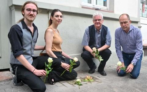 Sarah und Alexander Hodges haben die Patenstaft für Sara und Herbert Epstein. Roland Presber die Patenschaft für Ferdinand Baum.