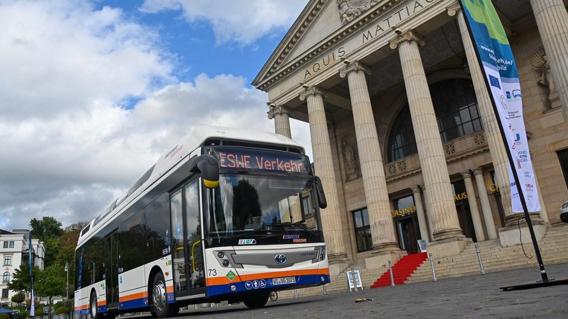 Null Emission: Wassersxtoffbus vor dem Kurhaus Wiesbaden