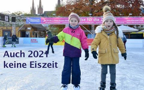 Letzte Eiszeit 2019, zwei Kinder haben ihren Spaß am Schiller Denkmal.