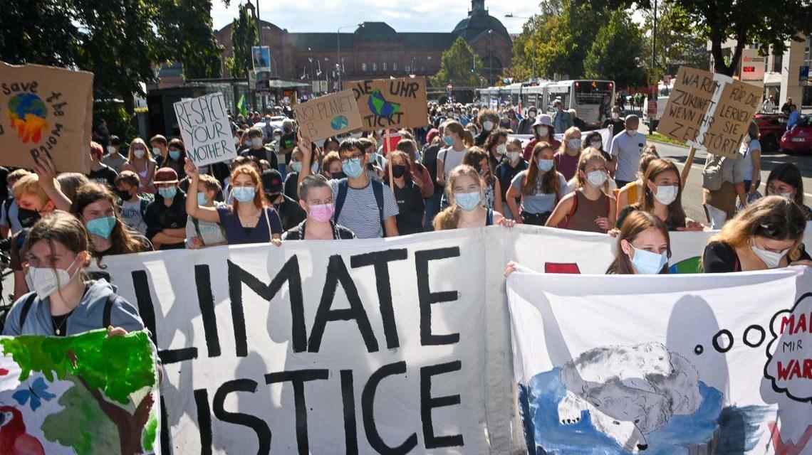 Mehr als 800 Teilnehmer ziehen durch die Bahnhofstraße um für ein besseres Klima zu protestieren.