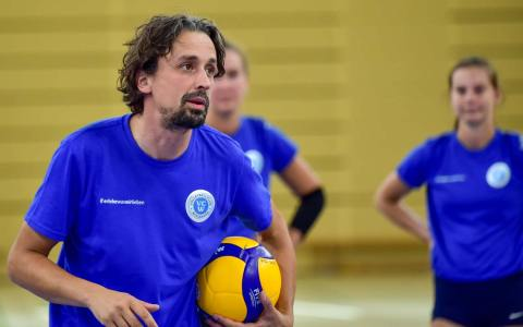 VC Wiesbaden - Head Coach Trainer Benedict Frank beim Training ©2021 Volker Watschounek