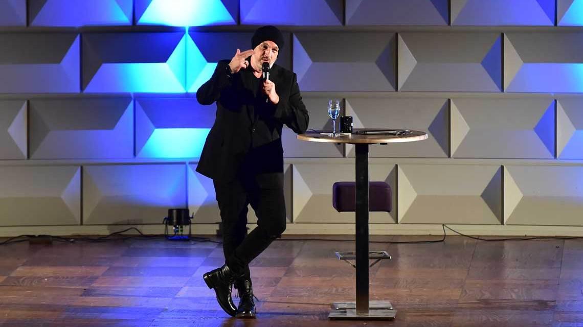 Programm von Thorsten Sträter auf der Bühne im Kurhaus.