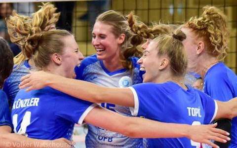 VCW: Laura Künzler, Dalila-Lilly Topic, Anna Wruck und alle anderen VCW Spielerinnen tanzen den Freudentanz.