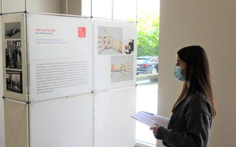 Besucher in der Ausstellung Universelles Design