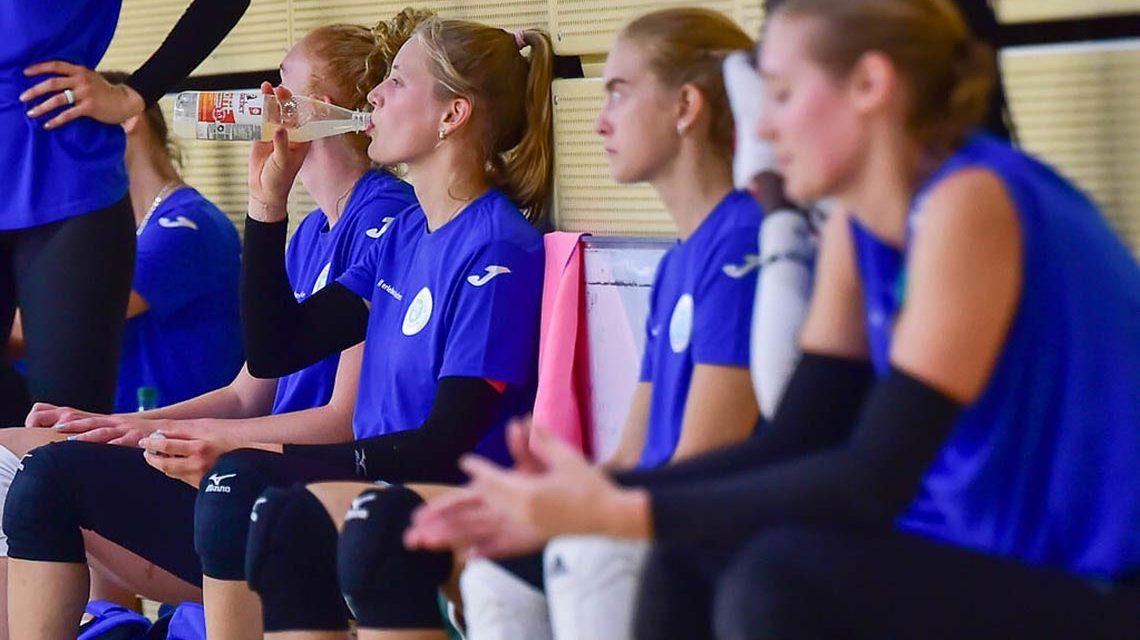 Die Mädels des VC Wiesbaden haben sich gefunden und warten auf das erste Spiel.