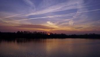 Traumhaft schöner Sonnenaufgang am Stausee