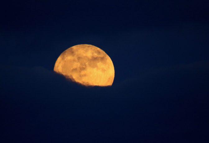 Kurz nach Mondaufgang wieder in den Wolken...