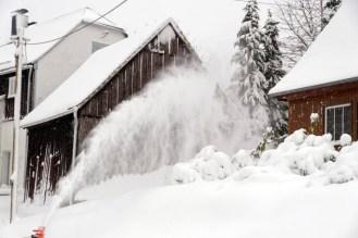 Schneefräse im Dorf