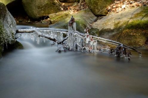 Eiskristallvorhang im Bach, Langzeitbelichtung