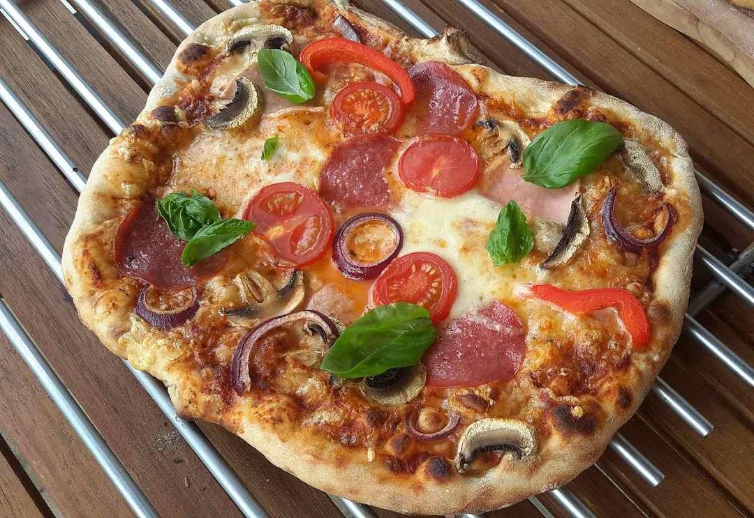 dinkel-pizza-aus-dem-holzbackofen