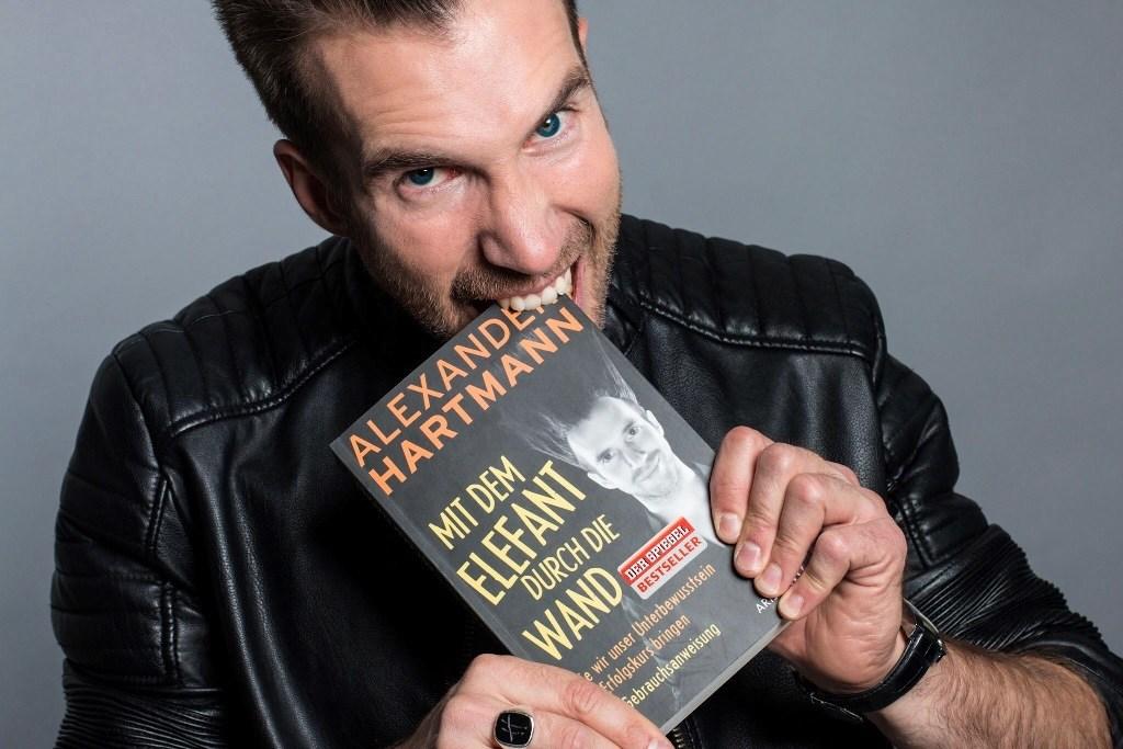 Alexander Hartmann mit seinem Buch