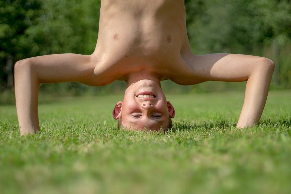 Bub steht Kopf im Gras