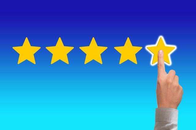 Fünf Sterne Bewertung mit menschlicher Hand.