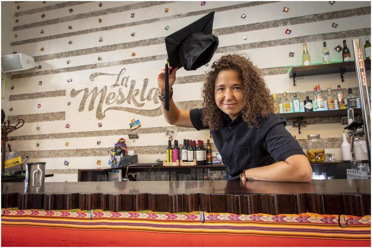 Claudia Günzberg hinter der Bar im Lokal La Meskla