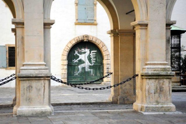 Ein Tor im Grazer Landhaushof mit den Bild des steirischen Panthers darauf.