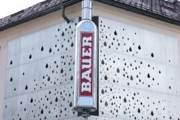 Wahrzeichen udn Hingucker der Prankergasse: das Firmenlogo der Destillerie Franz Bauer.
