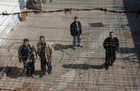 50 أسير يعلنون إضرابهم عن الطعام الثلاثاء