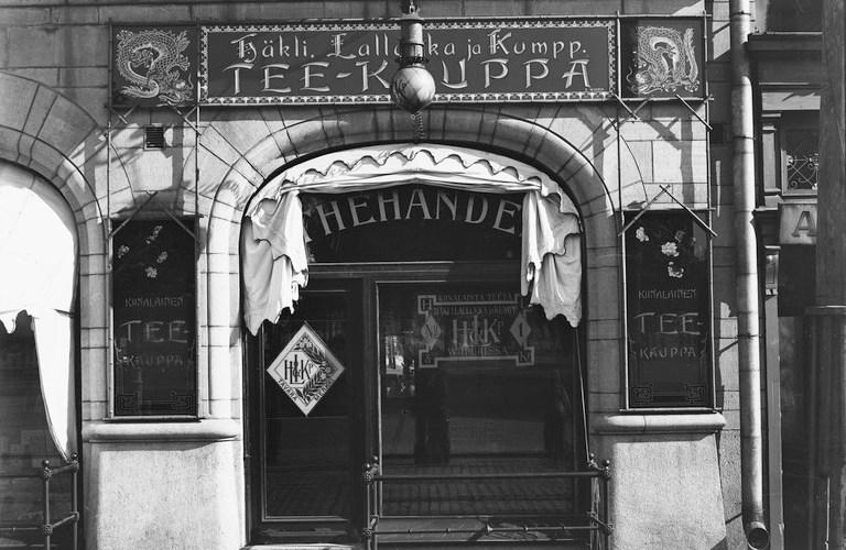 Häkli, Lallukka ja Kump. avasi sivuliikkeen Helsingin Pohjoisesplanadille 1900-luvun alussa. Teekauppa toi näkyvyyttä Viipurin ulkopuolella. Helsingin kaupunginmuseo. (CC BY 4.0)