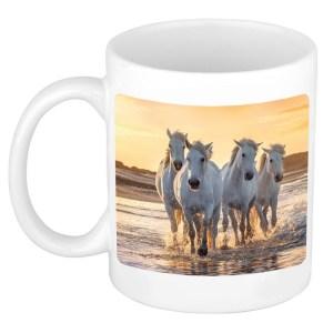 Dravende witte paarden op strand mok / beker wit 300 ml