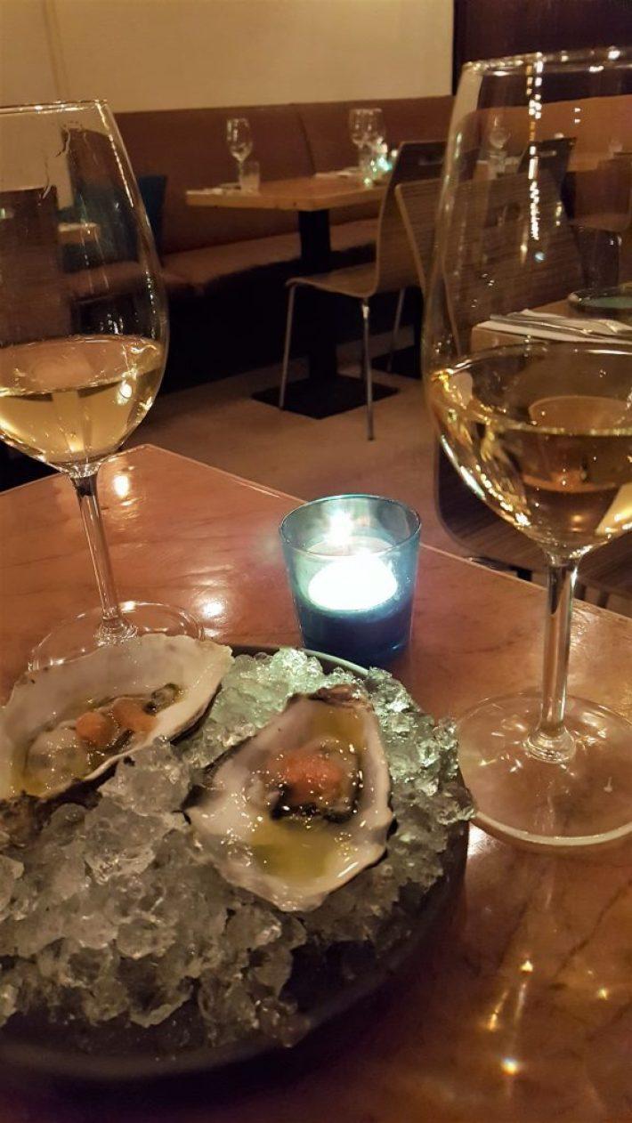 wijn met oesters bij restaurant kurk in den haag