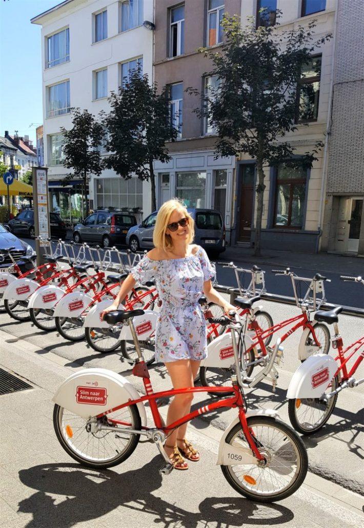 esther met fiets in Antwerpen
