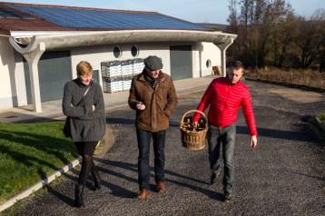 Cédric Moussé (r) geeft een rondleiding aan Kathleen en Marcel Rommens (l)