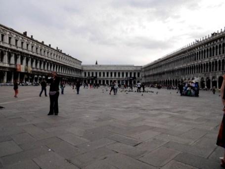 San Marco: baldakijnen en klassieke orkertjes op te dure terassen.
