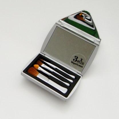 Luxusné kozmetické zrkadielko do kabelky, obsahuje sadu kozmetických pomôcok. Farba- strieborná. Rozmer: 6cm x 8,5cm.