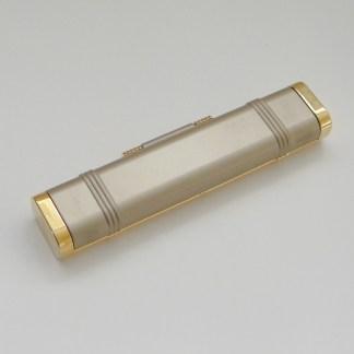 Luxusné púzdro na kozmetiku v zlatom prevedení, púzdro obsahuje aj zrkadlo. Farba- zlatá. Rozmer: 15cm x 3cm.