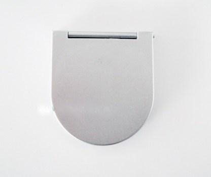 Malé kozmetické zrkadielko do kabelky. Farba- strieborná. Rozmer: 6cm x 7cm.