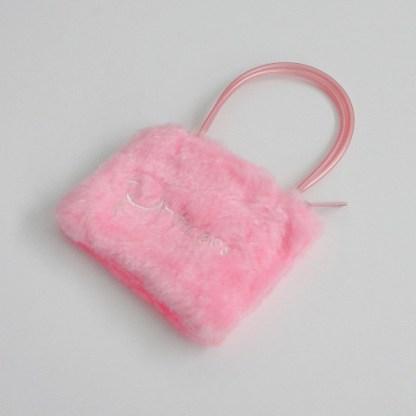 Detská luxusná chlpatá taštička pre mal princezné sa vždy hodí. Je praktická a vyrobená z výborného materiálu.Farba- ružová. Rozmer: 11cm x 17cm.