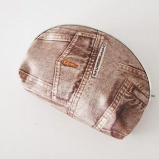 Štýlová malá taštička s rifľovým vzorom na kozmetiku, mince a mnoho užitočných veci. Farba- hnedá. Rozmer: 15cm x 12cm.
