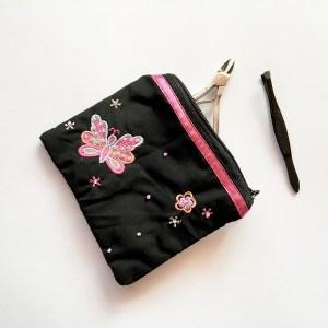 Štýlová malá vyšívaná taštička s korálkami na kozmetiku, mince a mnoho užitočných veci. Farba- čierna. Rozmer: 11cm x 9cm.