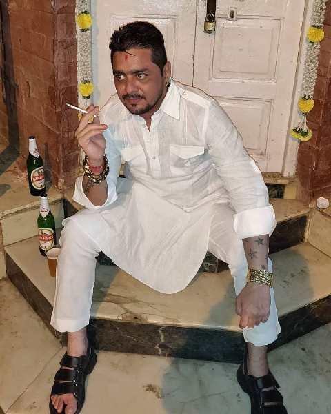 Hindustani Bhau likes smoking