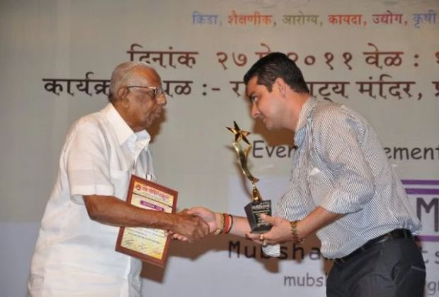 Hindustani Bhau receiving Best Chief Crime Reporter Award