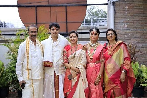 Vaishnavi Gowda with her father, brother, sister-in-law, and mother