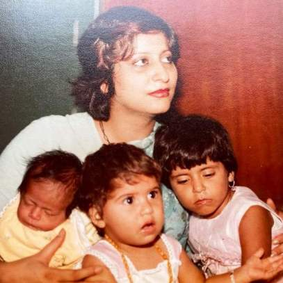Childhood picture of Shwetambari Soni with her mother and sisters