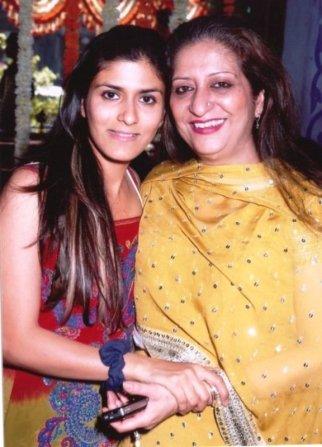 Shwetambari Soni's sister Namrata Soni with their mother