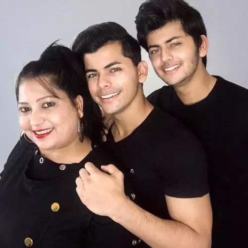 Siddharth Nigam with mother