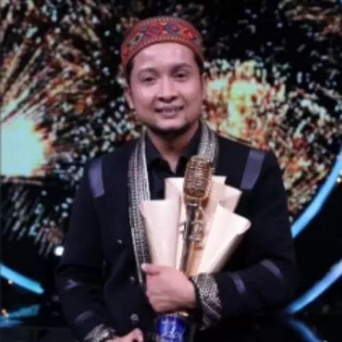 Pawandeep Rajan with trophy of Indian Idol 12