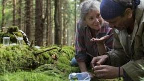 In der Natur findet sie alles, was sie braucht - unter anderem auch den tschechischen Entomologen Boros (Miroslav Krobot), dem sie sich sofort zugetan fühlt.